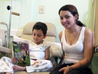 O pequeno Ivan ao lado da mãe, Andressa